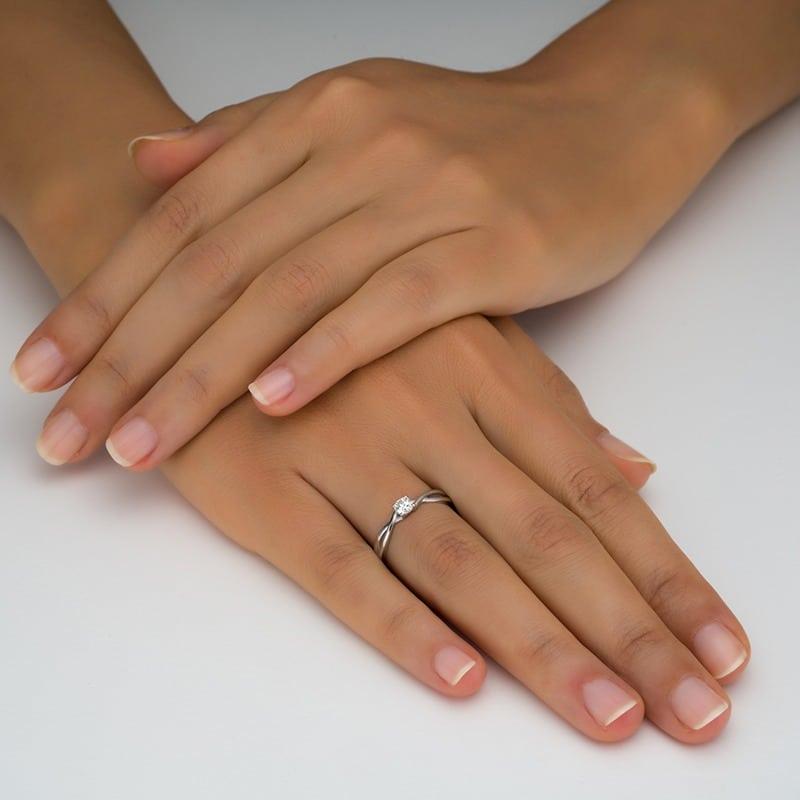 טבעת סוליטר זהב לבן עם טוויסט על היד