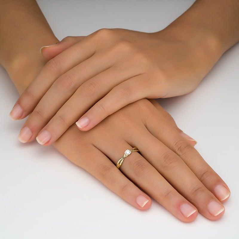 טבעת סוליטר מעוצבת על היד זהב צהוב