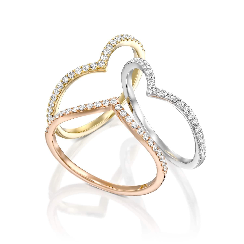 טבעת יהלומים מעוצבת בצורת  V